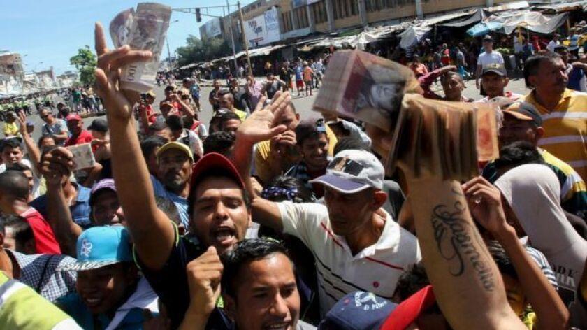 Miles de personas tuvieron que esperar durante horas para canjear los billetes de 100 bolívares, que el gobierno ordenó retirar de circulación.