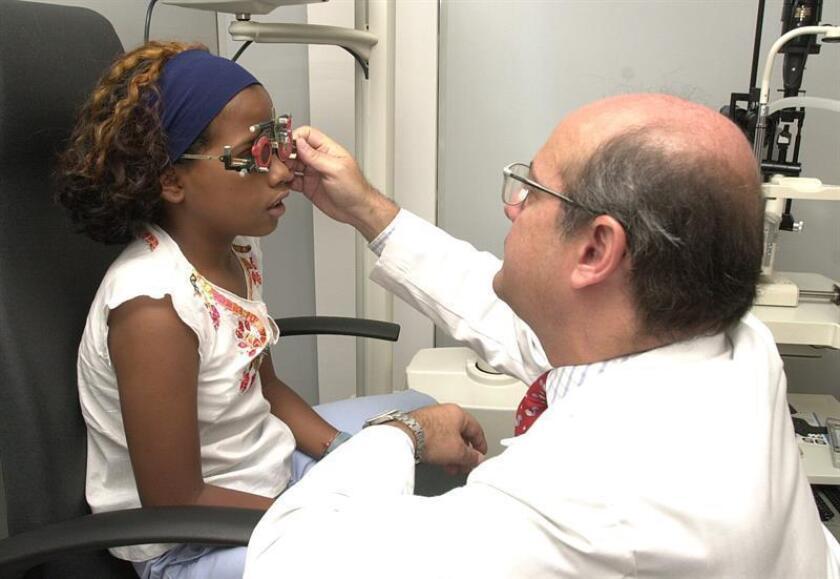 Un oftalmólogo revisa la vista de una niña. EFE/Archivo