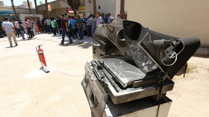 Incubadoras quemadas fuera del hospital Yarmouk, en el oeste de Bagdad, luego de un incendio nocturno que destruyó la sala de maternidad, este 10 de agosto (AFP/Getty Images).