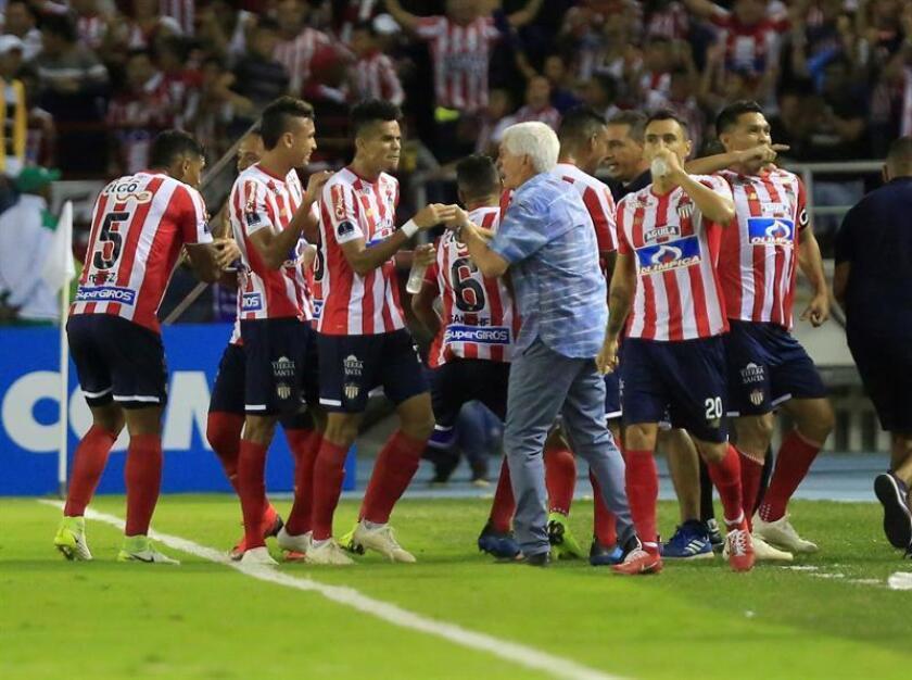 El entrenador de Junior Julio Comesaña (c-d) habla con Luis Díaz (c-i) hoy, en el partido de vuelta de las semifinales de la Copa Sudamericana entre los colombianos Atlético Junior e Independiente Santa Fe, en el estadio Metropolitano en Barranquilla (Colombia). EFE
