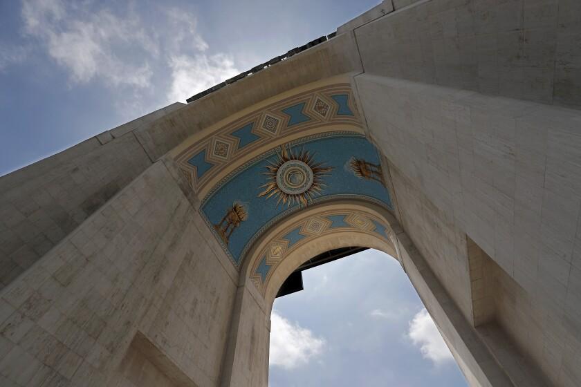 El mural debajo del arco de la entrada principal del Coliseo fue pintado por Heinz e Igor Rosien en 1969.