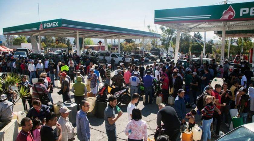 Los automovilistas hacen cola en una gasolinera en Morelia, en el estado de Michoacán, el 9 de enero de 2019. (Enrique Castro / AFP/Getty Images)
