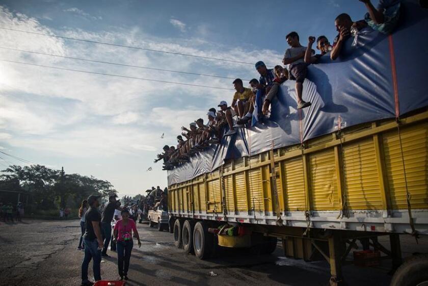 Integrantes de la caravana de migrantes centroamericanos se preparan para su salida desde Tepatepec hacia la localidad de Niltepec, en el estado de Oaxaca (México) el 29 de octubre de 2018. EFE