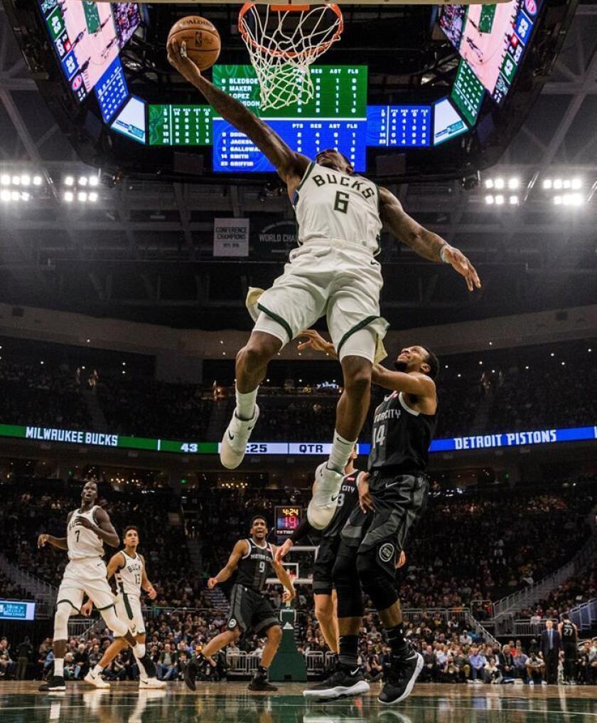 Eric Bledsoe (i) de Milwaukee Bucks en acción ante Ish Smith (d) de Detroit Pistons durante el juego de la NBA entre los Detroit Pistons y los Milwaukee Bucks en el Fiserv Forum en Milwaukee, Wisconsin. EE.UU., este 5 de diciembre. EFE