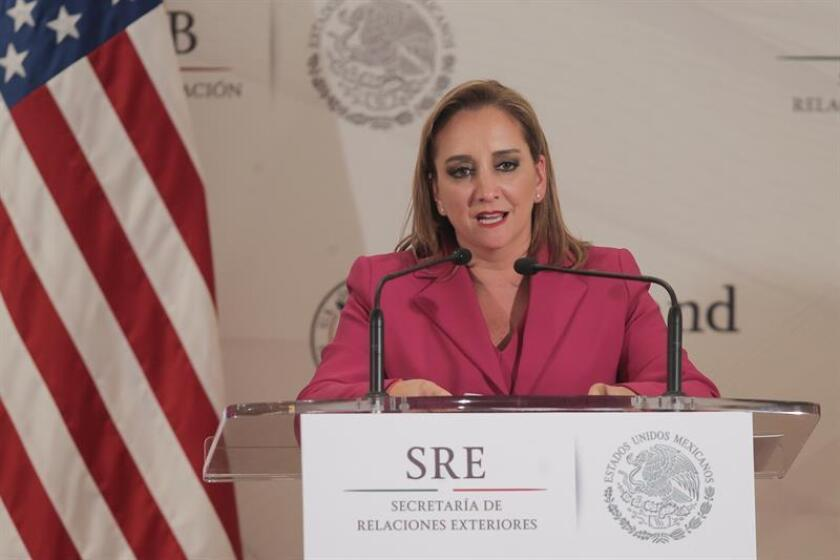 La canciller mexicana, Claudia Ruiz Massieu, exhortó a los cónsules de México ubicados en la frontera entre México y Estados Unidos a proteger a los nacionales residentes en el vecino país, informó hoy la Secretaría de Relaciones Exteriores. EFE/ARCHIVO
