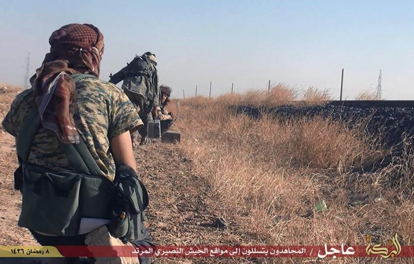 En esta foto proporcionada por un sitio web de militantes del grupo Estado Islámico, tomada el jueves 25 de junio de 2015, militantes del grupo EI se dirigen hacia los puestos de las fuerzas del gobierno sirio en la ciudad siria predominantemente curda de Hassakey, Siria. Después de semanas de contratiempos, el grupo Estado Islámico lanzó su primer contragolpe el jueves en zonas principalmente curdas como el norte de Siria, lo que causó heridas y muertes de docenas de personas y activó autos bomba, dijeron activistas y funcionarios. (Sitio web militante Estado Islámico vía AP)