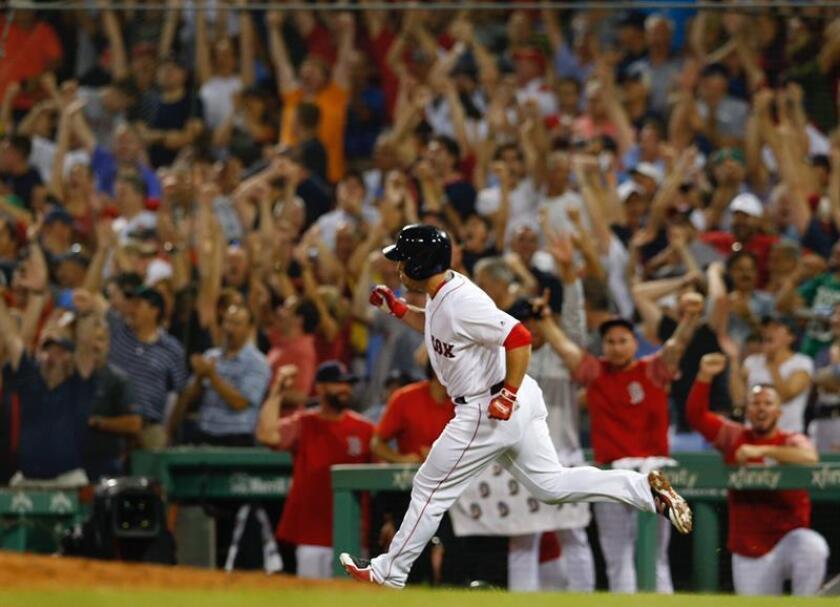 Steve Pearce, de los Medias Rojas de Boston, fue registrado este jueves tras anotarle un jonrón a los Yanquis de Nueva York, durante un partido de la MLB, en el Fenway Park de Boston (Massachusetts, EE.UU.). EFE