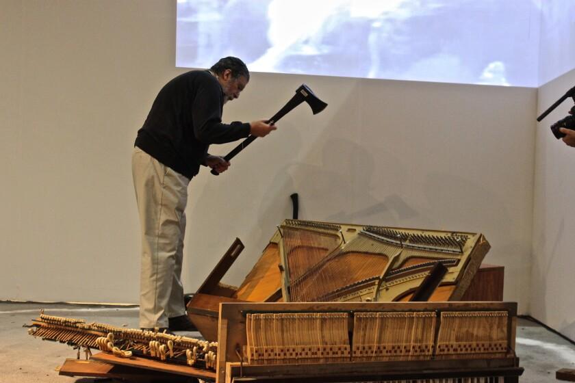 El legendario creador neoyorquino Raphael Montañez Ortiz dejó una fuerte impresión con su acto relacionado a la destrucción ritual de un piano, que fue el punto fuerte de la jornada del sábado en LA Art Show.