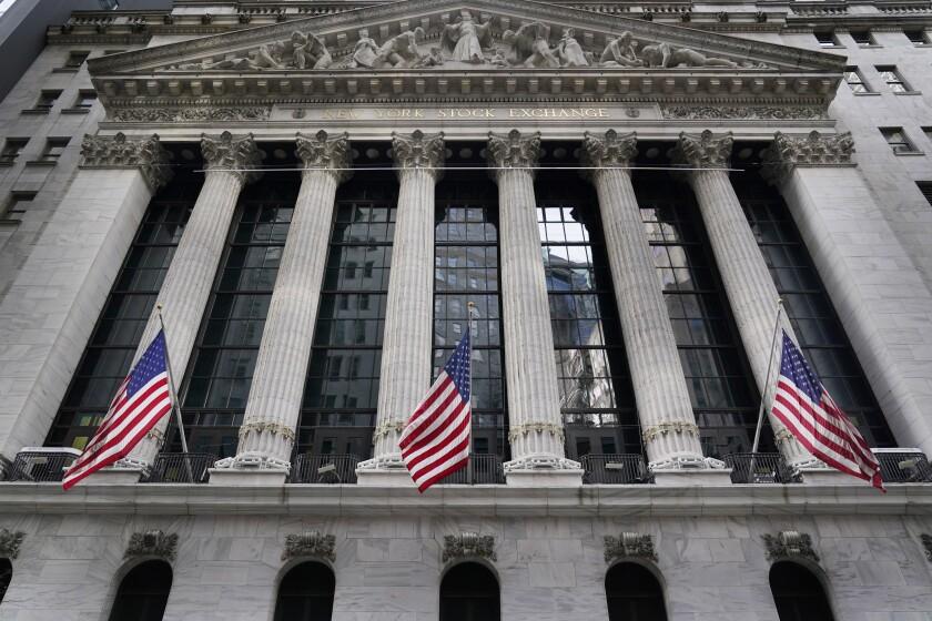 ARCHIVO - Esta fotografía de archivo del 23 de noviembre de 2020 muestra la Bolsa de Valores de Nueva York. (AP Foto/Seth Wenig)