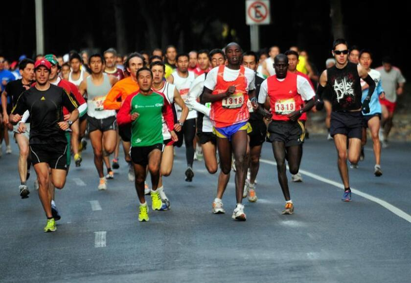 Cientos de atletas participan en el Medio Maratón de la Ciudad de México. EFE/Archivo