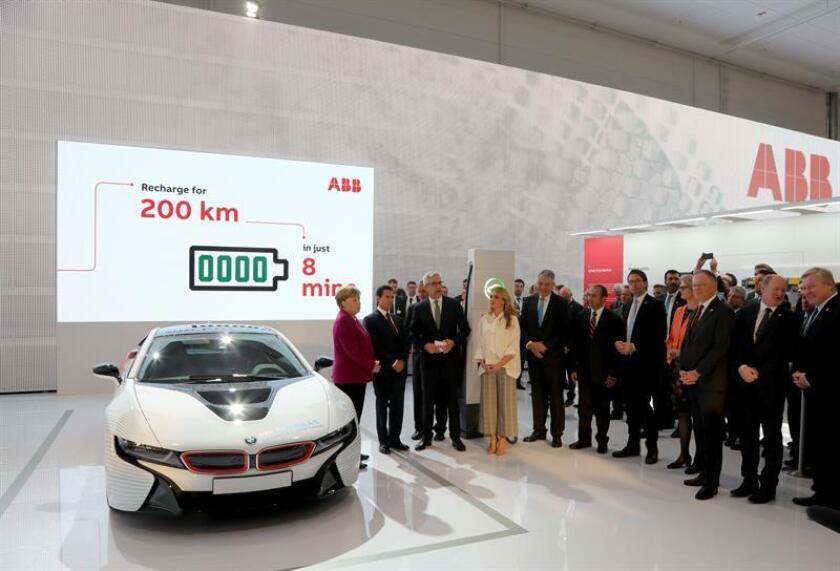 La canciller alemana, Angela Merkel (i), el presidente de México, Enrique Peña Nieto (2i), y su mujer, Angélica Rivera (4i), visitan el stand del grupo suizo de energía y automatización de tecnología ABB en la Feria de Industria de Hannover (Alemania) hoy, 23 de abril de 2018. EFE