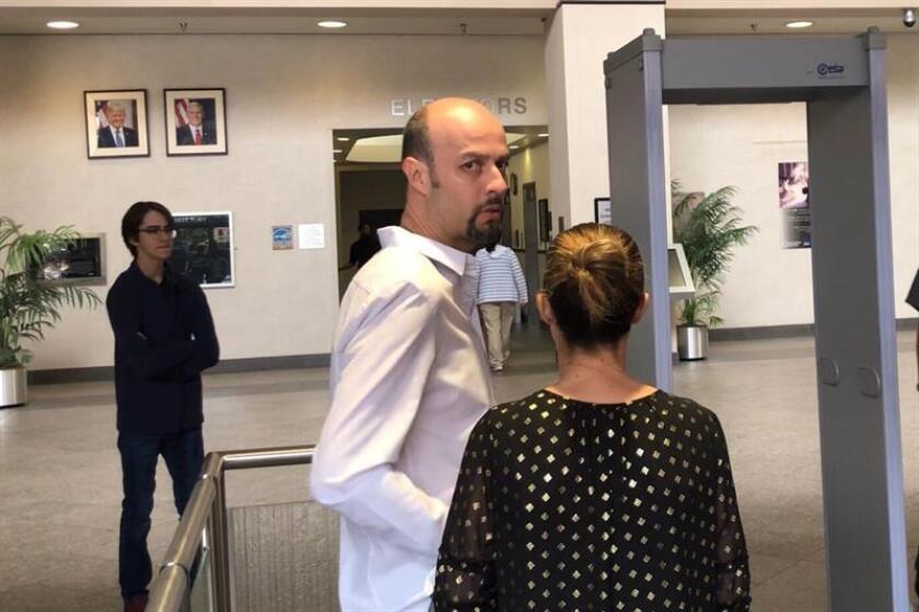 El exlanzador mexicano Esteban Loaiza (c) en el edificio del tribunal federal en San Diego, California (EE.UU.). EFE/Archivo