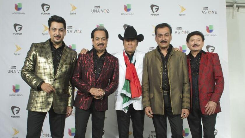 """El grupo musical mexicano Los Tigres del Norte participa del concierto """"Rise Up As One"""", el sábado 15 de octubre de 2016, celebrado en la frontera entre México y Estados Unidos, para reinvindicar la diversidad, unión, y respeto a las diferencias. EFE/RODOLFO DE LUNA/Archivo"""