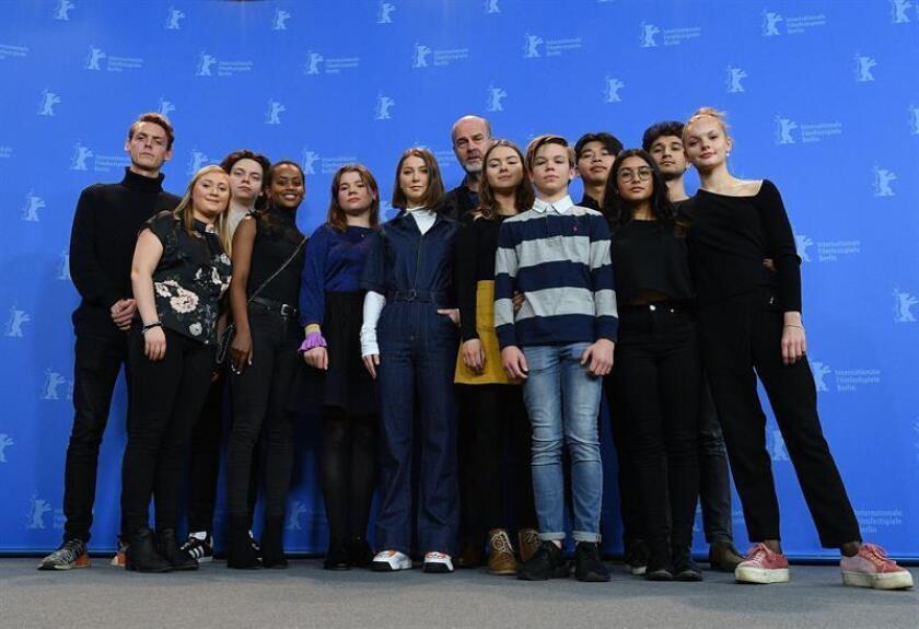 """La actriz Andrea Berntzen (c-frente) y el director Erik Poppe (c-fondo) posan junto al resto del equipo para el pase gráfico de la película noruega """"Utoya"""", sobre el doble atentado del ultraderechista Anders Breivik, durante la 68ª edición de la Berlinale, en Berlín (Alemania), hoy 19 de febrero de 2018. EFE"""
