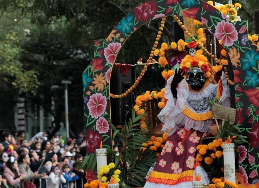 """Participantes en el tradicional desfile del """"Día de Muertos"""", este sábado 27 de octubre de 2018, en Ciudad de México (México). EFE"""