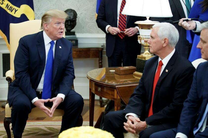 El presidente de Estados Unidos Donald Trump (i) y el vicepresidente Mike Pence (d) se reúnen con el exrehén estadounidense en Yemen Danny Burch (fuera de cuadro) este miércoles en la Oficina Oval en la Casa Blanca en Washington, DC (Estados Unidos). EFE