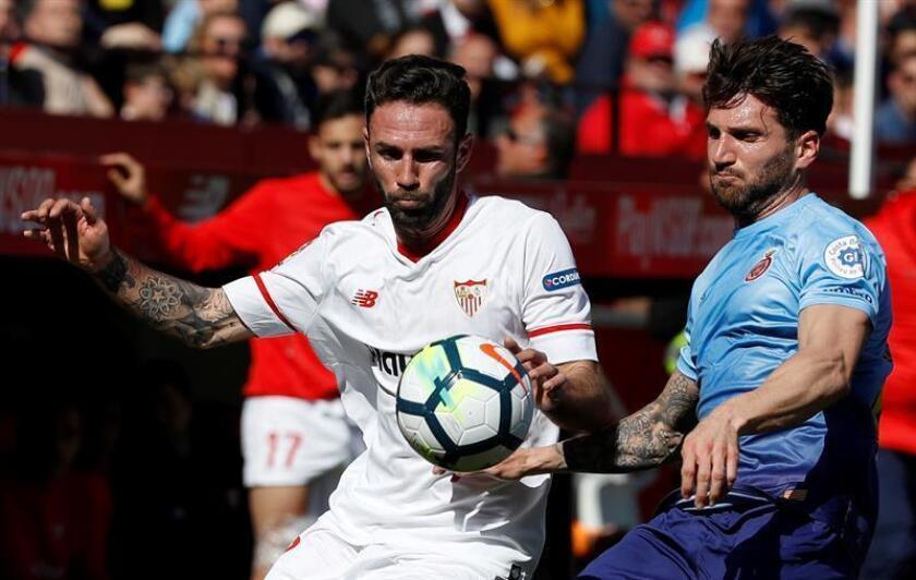 El jugador mexicano Miguel Layún del Sevilla (i), y Carles Planas (d), del Girona, en el estadio Sánchez Pizjuán de Sevilla. EFE/Archivo
