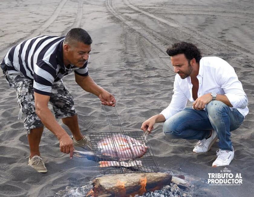 Fotografía cedida por Foodmates hoy, miércoles 8 de noviembre de 2017, que muestra al chef mexicano Alfredo Oropeza (d) preparando un platillo en una Playa de la Ciudad de Colima (México). EFE/FOODMATES/SOLO USO EDITORIAL