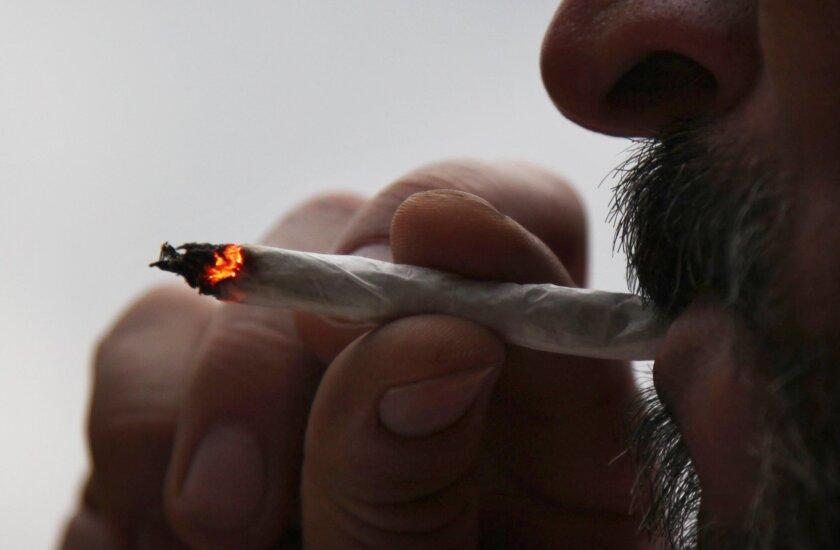Un hombre fuma un cigarrillo de marihuana en su casa en la Ciudad de México.