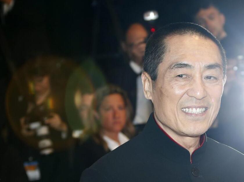 """El director chino Zhang Yimou posa a su llegada al estreno de la película """"Coming Home"""" durante la edición 67 del Festival de Cine de Cannes en Cannes (Francia). EFE/Archivo"""