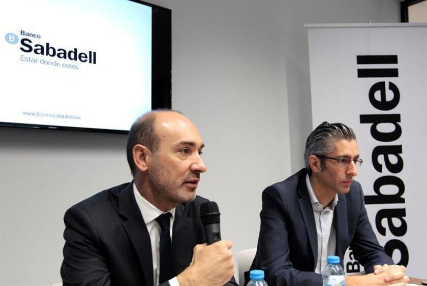 El director general de Banco Sabadell, Francesc Noguera (i), y el director de anca personal de Sabadell, Nima Poursha (d), hablan durante una conferencia de prensa para dar a conocer los planes de 2018 hoy, miércoles 7 de marzo de 2018, en Ciudad de México (México). EFE