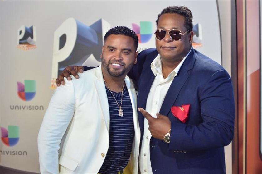 Los músicos Zion (i) y Lennox (d) posan a su llegada a la alfombra roja de los Premios Juventud 2016 en el Bank United Center en Coral Gables, Florida (Estados Unidos). EFE/Archivo