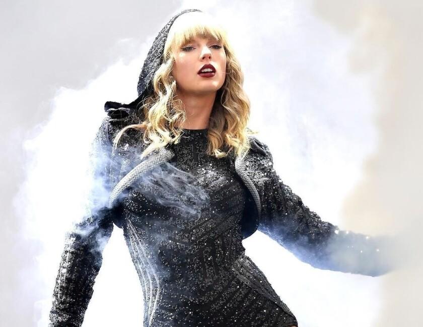 La cantante Taylor Swift, quien ya lanzó cuatro de las canciones, confirmó su colaboración con la banda de country Dixie Chicks.