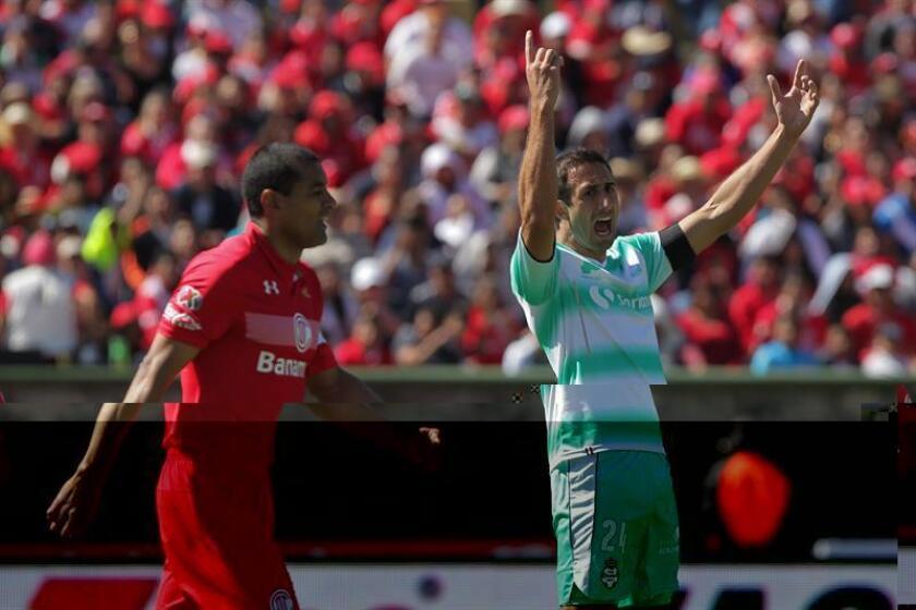 El jugador de Santos Carlos Izquierdoz (d) celebra una anotación ante Toluca. EFE/Archivo