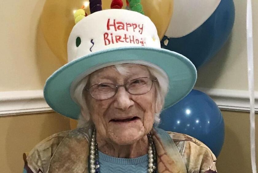 Hazel Nilson celebra su cumpleaños número 111 con un pastelillo de durazno, en Sunapee, Nueva Hampshire. Nilson nació el 21 de agosto de 1908 en Chicago.