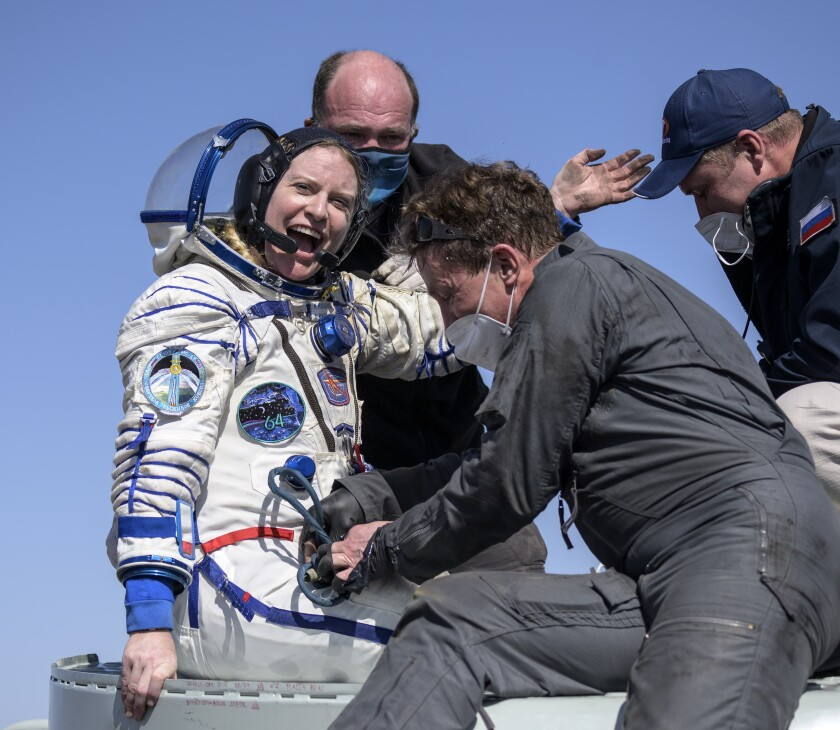 La astronauta de la NASA Kate Rubins recibe ayuda para salir de una cápsula soyuz MS-17 minutos después de aterrizar, junto a los cosmonautas Sergey Kud-Sverchkov y Sergey Ryzhikov, en una zona remota cerca de la localidad de Zhezkazgan, en Kazajistán, el 17 de abril de 2021. (Bill Ingalls/NASA via AP)