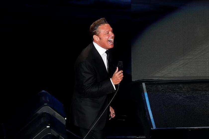 El cantante mexicano Luis Miguel durante una presentación en el Auditorio Nacional de la Ciudad de México (México). EFE/Archivo