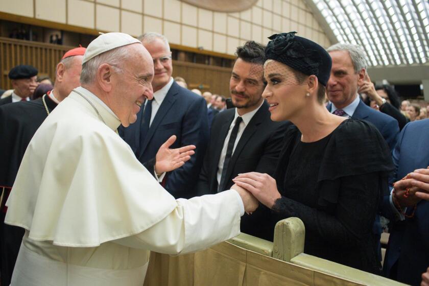 El Papa Francisco le da la mano al actor Orlando Bloom y a la cantante Katy Perry durante una audiencia ofrecida recientemente en El Vaticano.