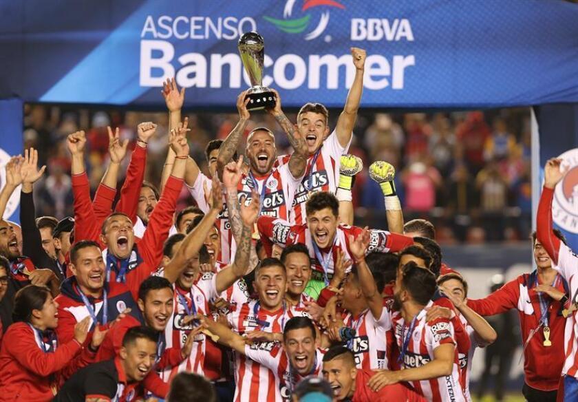 Jugadores de Atlético San Luis festejan con el trofeo su triunfo ante Dorados hoy, domingo 2 de diciembre de 2018, durante el juego de vuelta de la final de ascenso del Torneo Apertura 2018, celebrado en el estadio Alfonso Lastras en San Luis Potosi (México). EFE