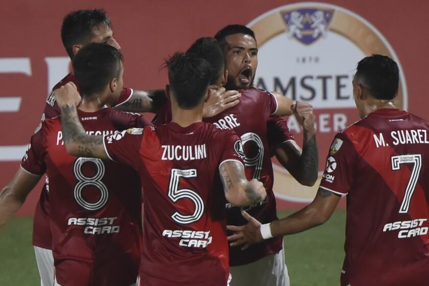 Paulo Díaz, derecha arriba, del club River Plate argentino, festeja con compañeros