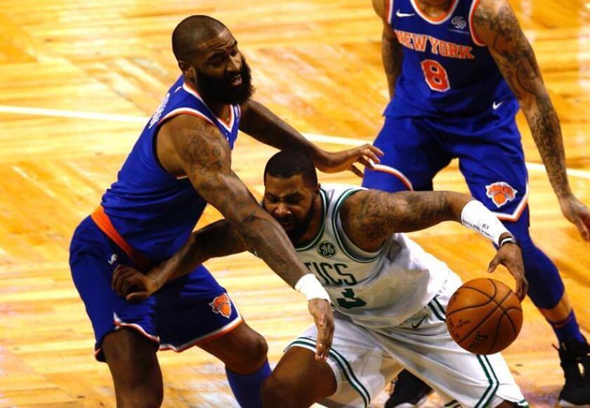 El delantero Marcus Morris (d) de Celtics de Boston en acción ante el delantero Tim Hardaway Jr. (i) de New York Knicks durante su partido de la NBA de este miércoles. EFE