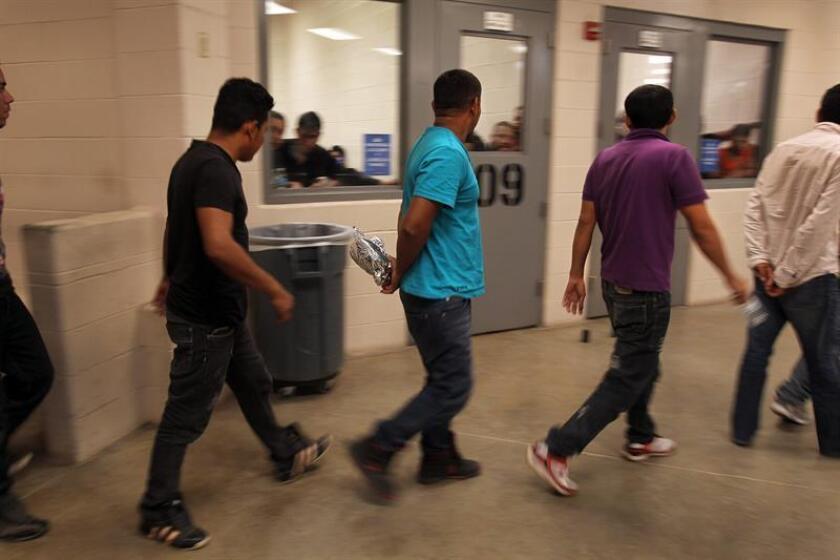 Vista de inmigrantes detenidos que han cruzado ilegalmente la frontera. EFE/POOL/Archivo