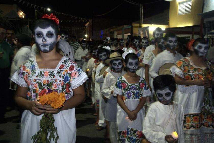 """Fotografía de archivo donde se observan a decenas de personas participan en el tradicional """"Paseo de las Ánimas"""" en las calles de Mérida, capital del estado de Yucatán (México). EFE/Archivo"""