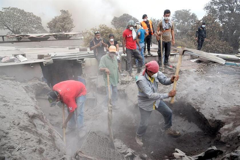 Un grupo de personas retira escombros en un intento por encontrar a algunos de sus familiares desaparecidos, en un camino que conduce a San Miguel de Los Lotes, una aldea integrada a la ciudad de Escuintla (Guatemala) hoy, jueves 7 de junio de 2018. EFE