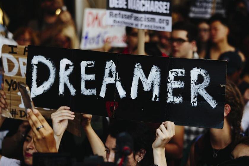 Varias personas se manifiestan fuera de la Torre Trump después de que el presidente estadounidense, Donald Trump anunciara la eliminación del plan migratorio conocido como DACA en Nueva York. EFE/Archivo