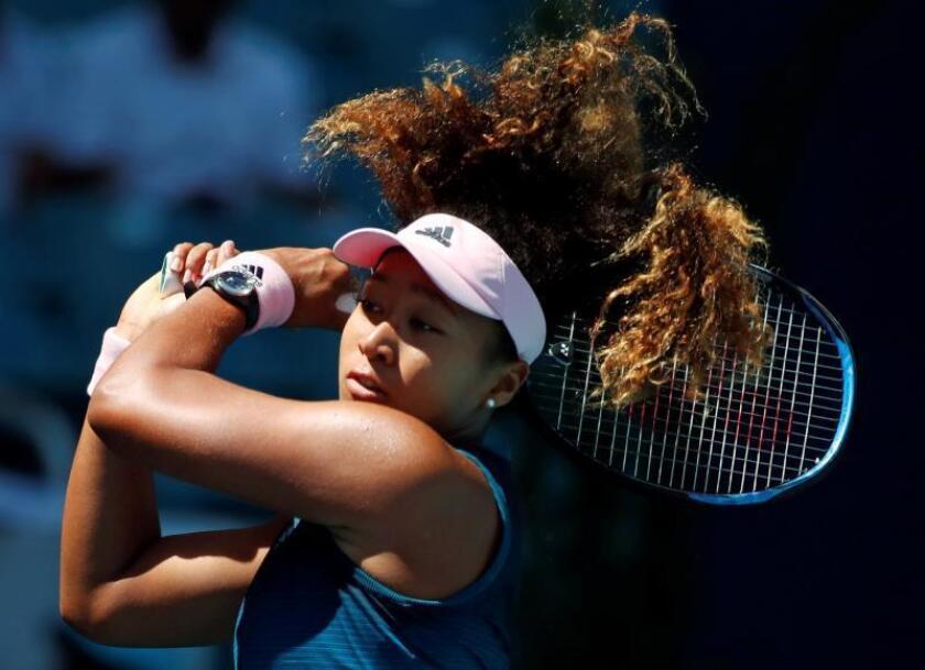 La tenista japonesa Naomi Osaka devuelve una bola a la belga Yanina Wickmayer, durante su partido del Abierto de Miami en Florida, Estados Unidos. EFE