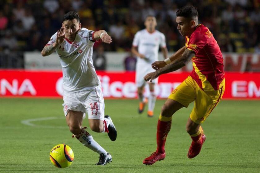 El jugador de Morelia Sebastián Vegas (d) pelea por el balón con Rubens Sambueza (i), de Toluca durante un juego correspondiente a la jornada 15 del torneo mexicano de fútbol. EFE/Archivo