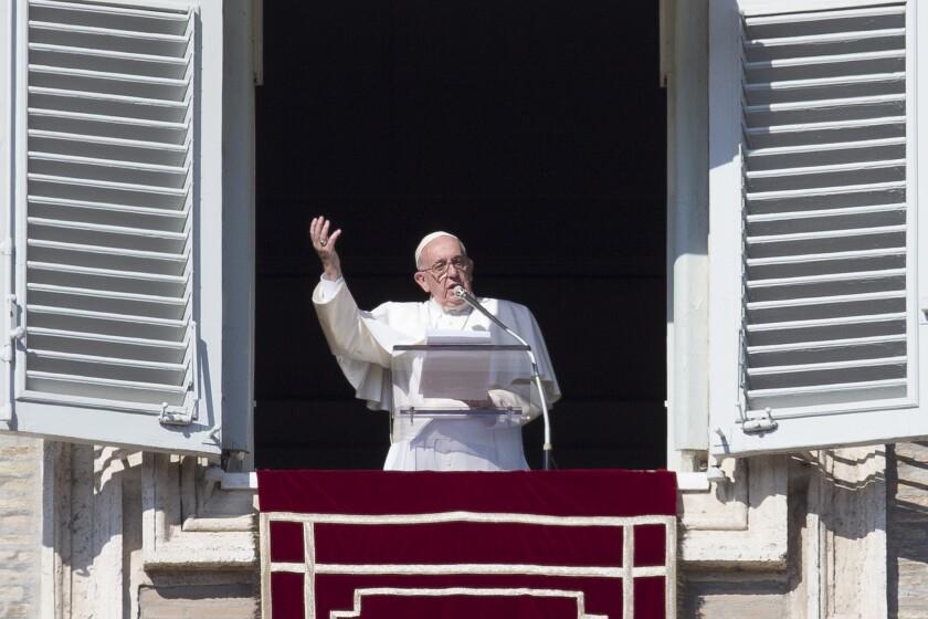 El Vaticano reportó el lunes 2 de noviembre de 2015 el arresto de un monseñor y una mujer como parte de la investigación por la filtración de documentos confidenciales de la Santa Sede. (Foto AP/Andrew Medichini)
