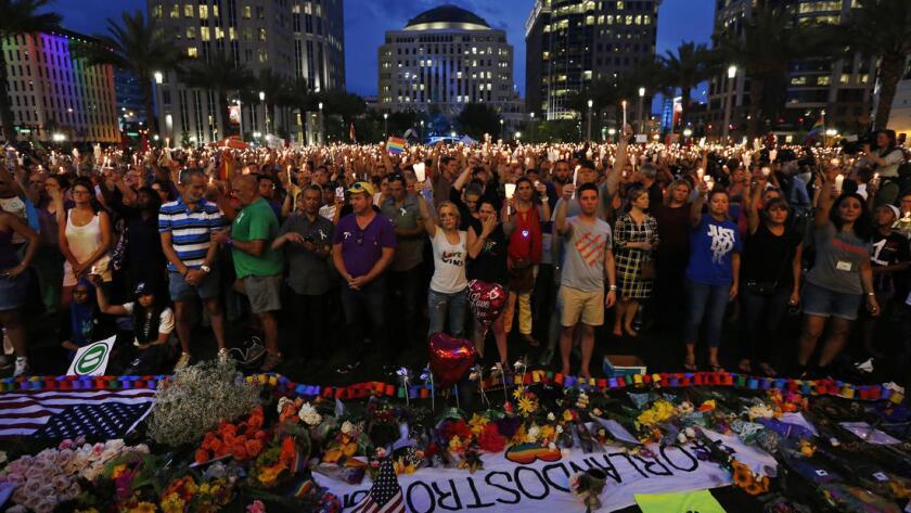 Miles de personas participan en la vigilia realizada en honor a las víctimas en Orlando