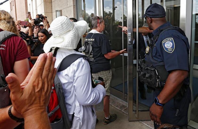 """La Unión Americana de Libertades Civiles (ACLU) realiza una manifestación para denunciar """"vigilancia"""" a los inmigrantes. EFE/Archivo"""