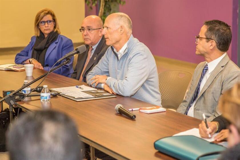 Fotografía cedida por la Oficina del Gobernador de la Florida que muestra al gobernador Rick Scott (2-d) mientras habla en una mesa redonda hoy, martes 2 de enero de 2018, en la Universidad Albizu en Doral, Florida (EE.UU.). EFE/Cortesía Oficina del Gobernador Rick Scott/SOLO USO EDITORIAL/NO VENTAS