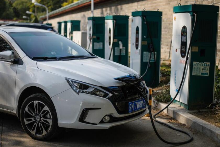 Para que los vehículos de gasolina emitan menos gases de efecto invernadero que los eléctricos, el consumo medio global de los primeros debería ser menor a 4,6 litros por cada cien kilómetros (equivalente a 51 millas por galón), según un estudio divulgado hoy por la Universidad de Michigan. EFE/EPA/ARCHIVO