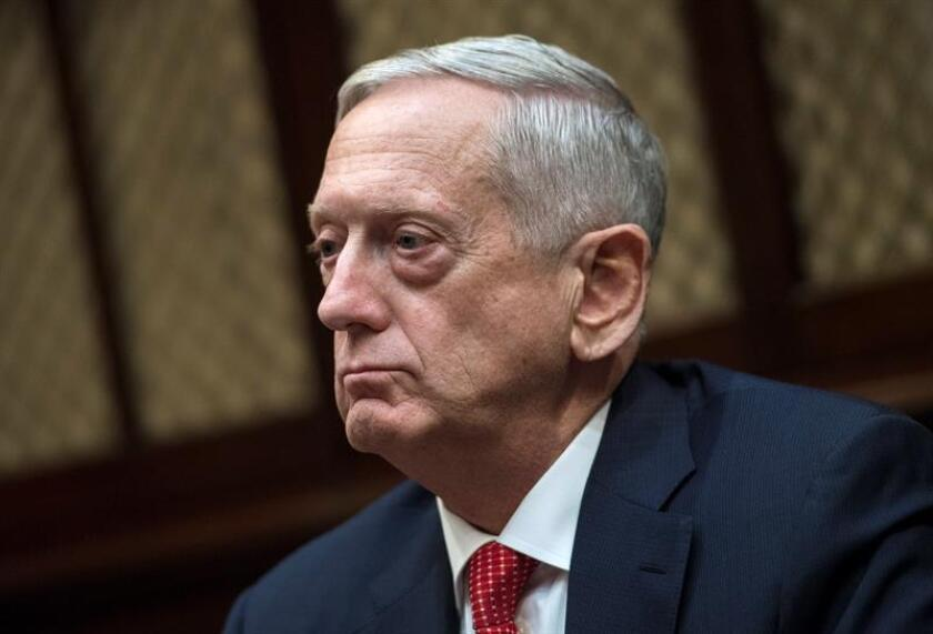 El secretario de Defensa, James Mattis, dijo hoy que las fuerzas de la coalición internacional deberán cazar a los combatientes del Estado Islámico (EI) que intentan refugiarse en el valle del Éufrates en su huida desde la ciudad siria de Al Raqa. EFE/ARCHIVO/POOL