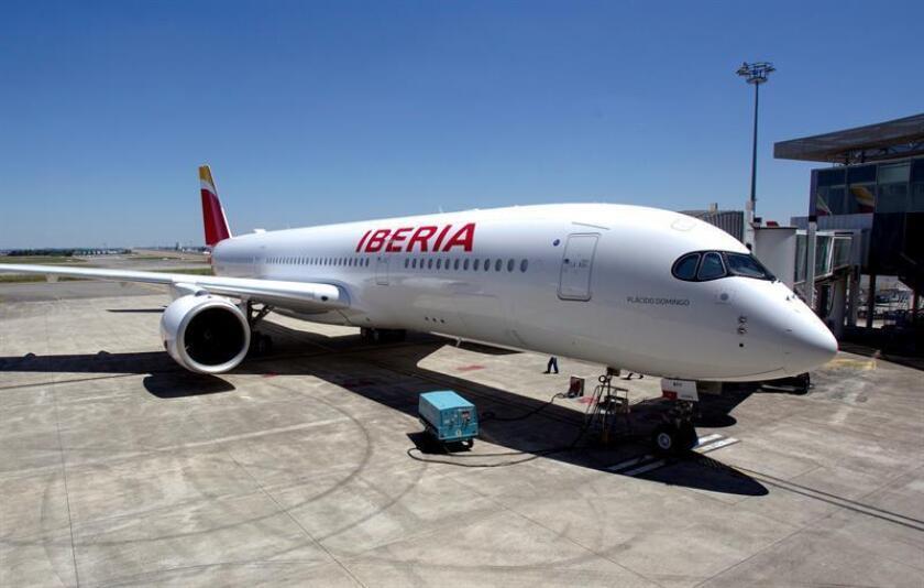 Las aerolíneas Iberia y British Airways han acordado pagar 5,8 millones de dólares al Gobierno por divulgar información engañosa sobre el tiempo de entrega del correo a diferentes localizaciones internacionales, informó hoy el Departamento de Justicia. EFE/ARCHIVO