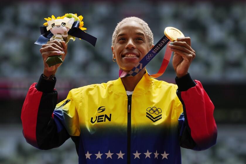 La venezolana Yulimar Rojas posa con la medalla olímpica de oro del salto triple femenino de los Juegos de Tokio