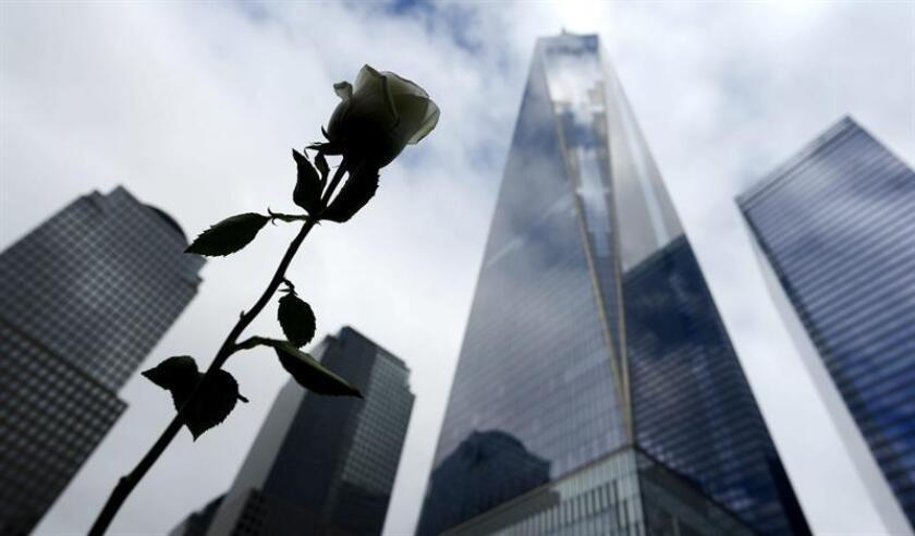 Una rosa ha sido colocada en el monumento a las víctimas del 11S en el Memorial del 11S en Nueva York (Estados Unidos). EFE/Archivo
